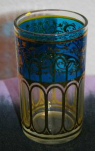 Teeglas aus Marokko, goldfarben und blau